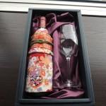 二十歳のお祝いプレゼント 振袖を着たワイン